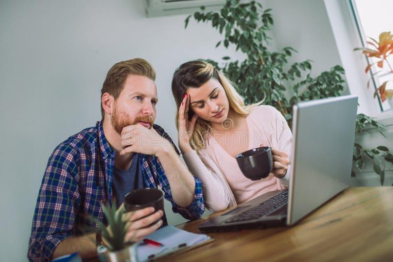 Mulher e homem que fazem o documento junto foto de stock