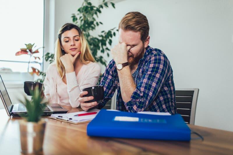 Mulher e homem que fazem o documento junto, relatam o imposto em linha fotografia de stock royalty free