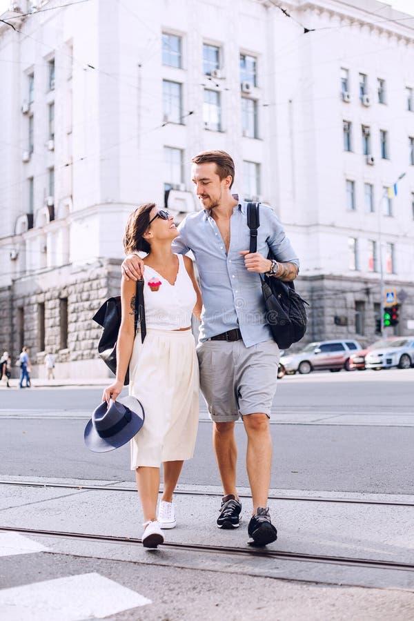 Mulher e homem que olham se e que andam na faixa de travessia fotos de stock