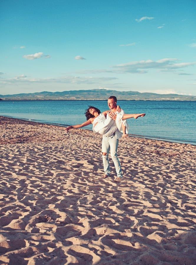 Mulher e homem 'sexy' no mar Dia da família e de Valentim Relações do amor dos pares que apreciam o dia de verão junto Pares dent foto de stock