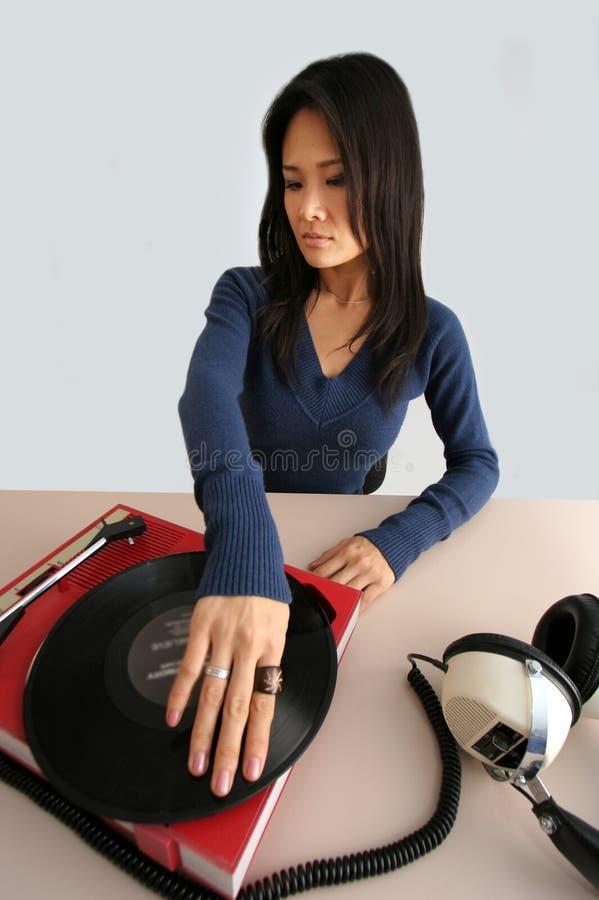 Mulher e jogador de música japoneses imagens de stock