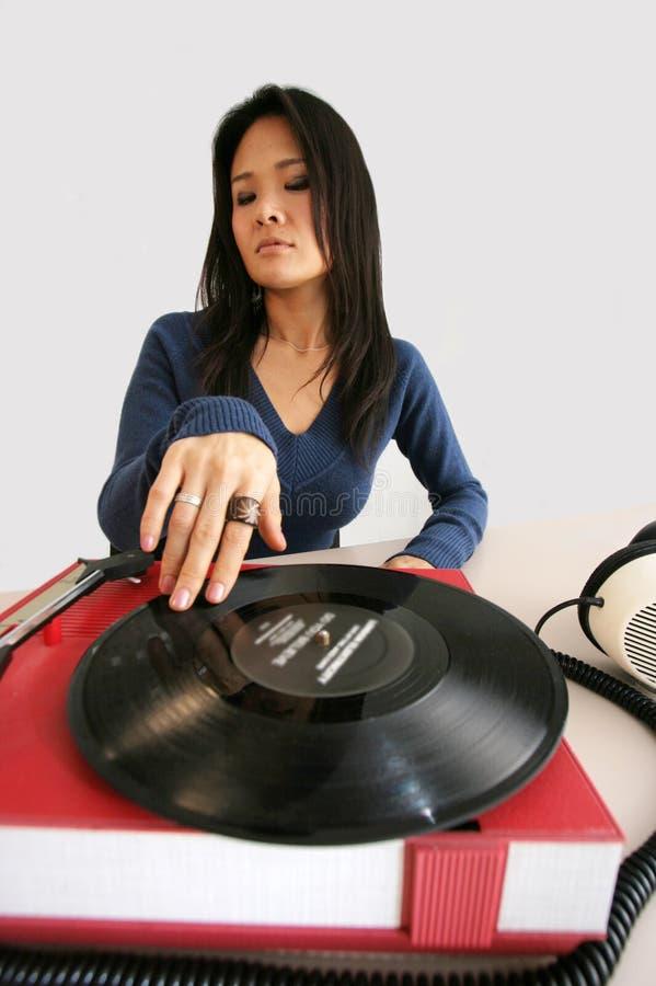 Mulher e jogador de música japoneses foto de stock