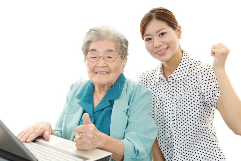 Mulher e jovem mulher superiores fotografia de stock