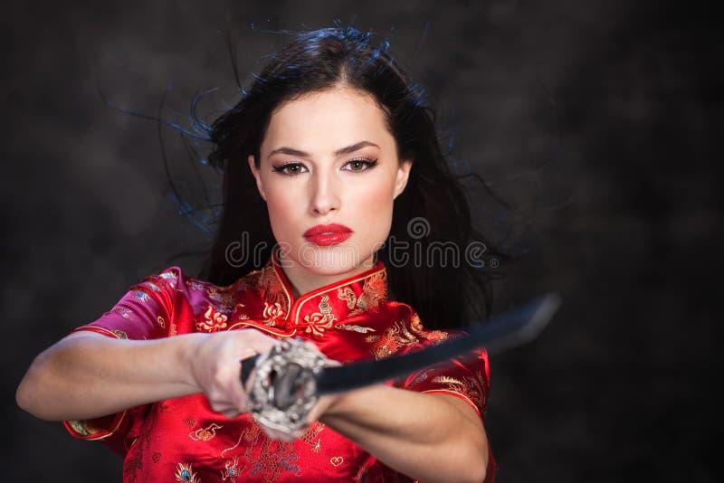 Mulher e katana/espada imagem de stock royalty free