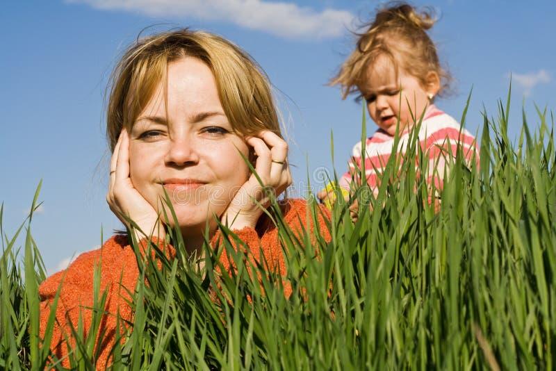 Mulher e menina ao ar livre foto de stock