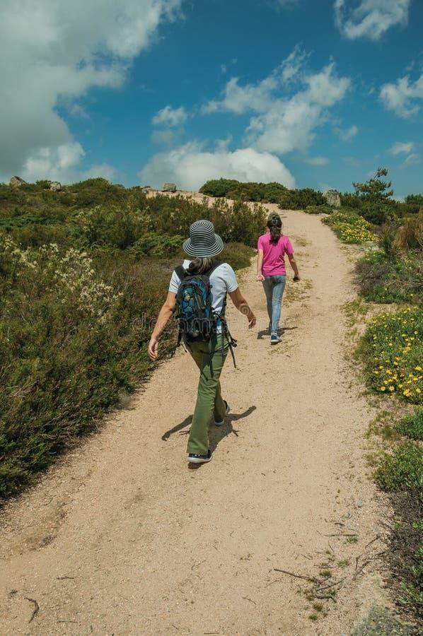 Mulher e menina que andam em uma fuga em montanhas imagens de stock royalty free