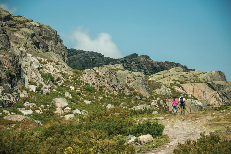Mulher e menina que caminham em uma fuga em montanhas fotos de stock