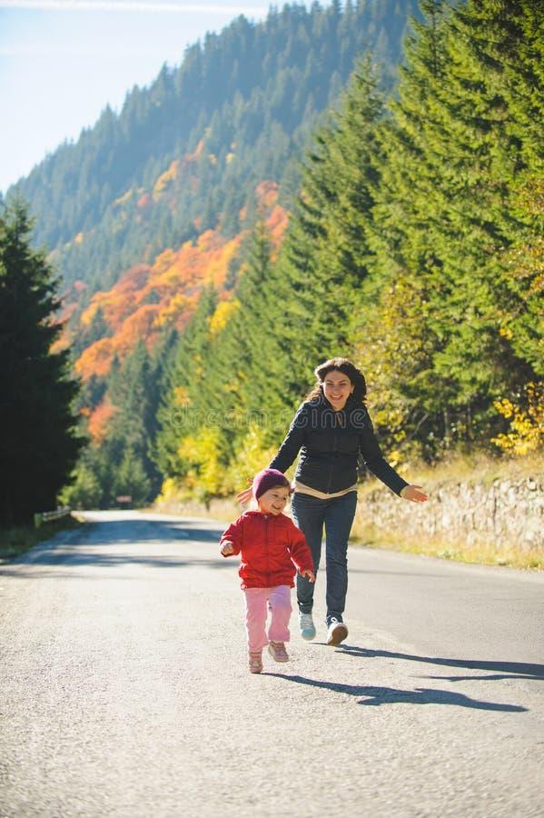 Mulher e menina running fotografia de stock royalty free