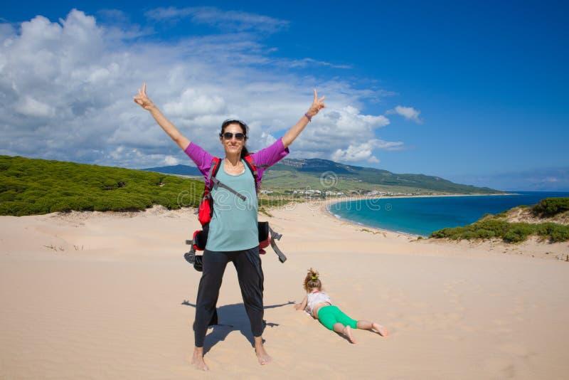 Mulher e menina sobre a duna da praia de Bolonia em Cadiz imagem de stock