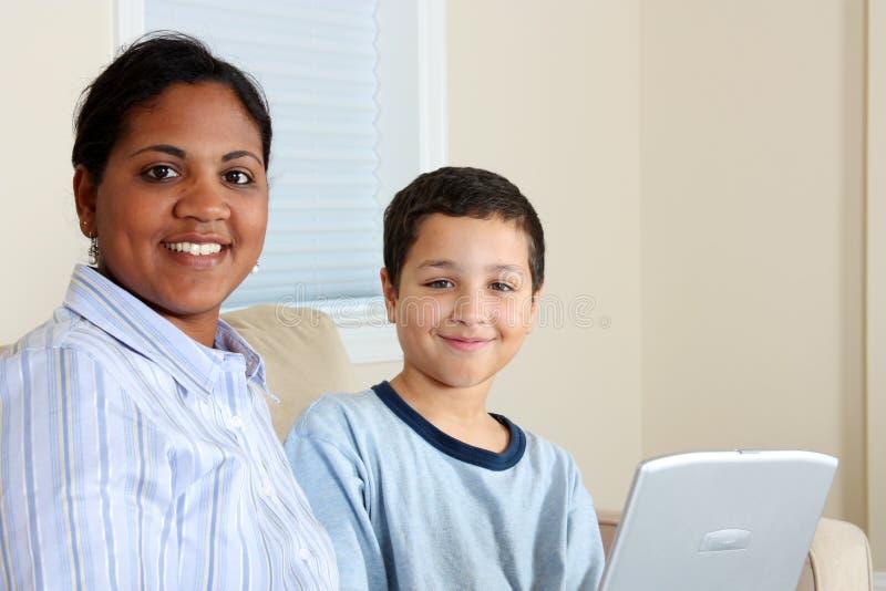 Mulher e menino no computador fotos de stock