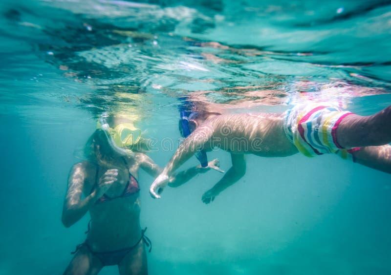Mulher e menino subaquáticos fotografia de stock