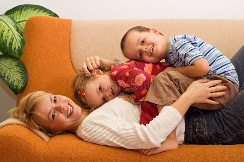 Mulher e miúdos felizes fotos de stock royalty free