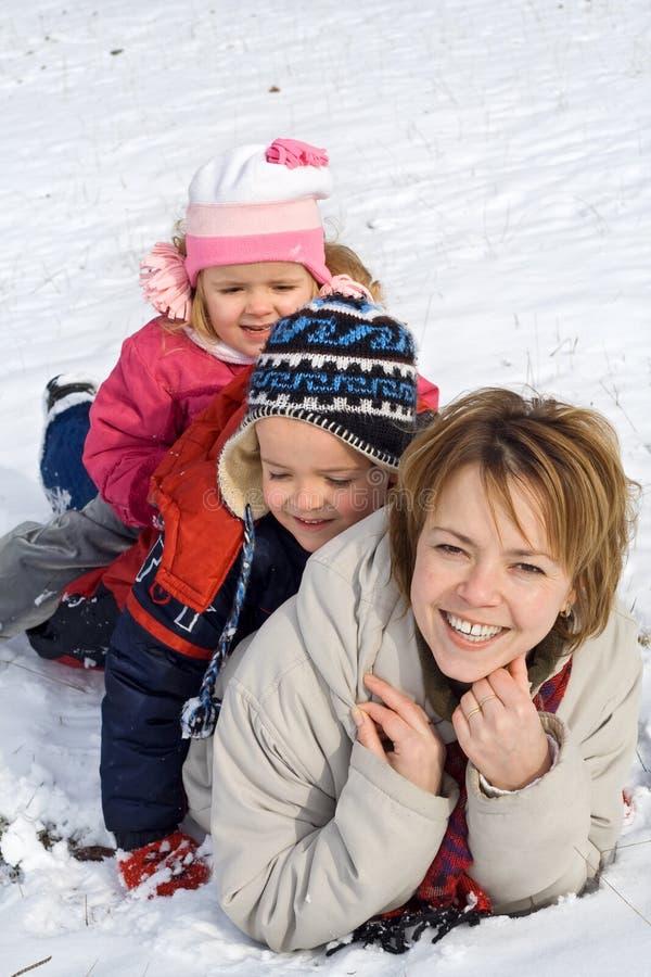 Mulher e miúdos na neve fotografia de stock royalty free