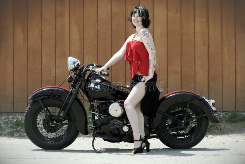 Mulher e motocicleta de Pinup imagem de stock royalty free