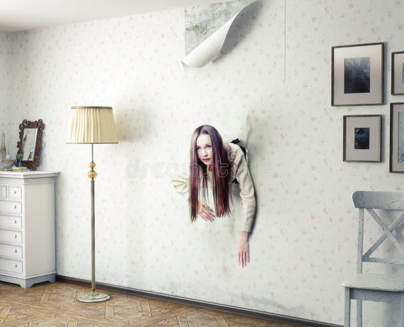 Mulher e a parede foto de stock royalty free