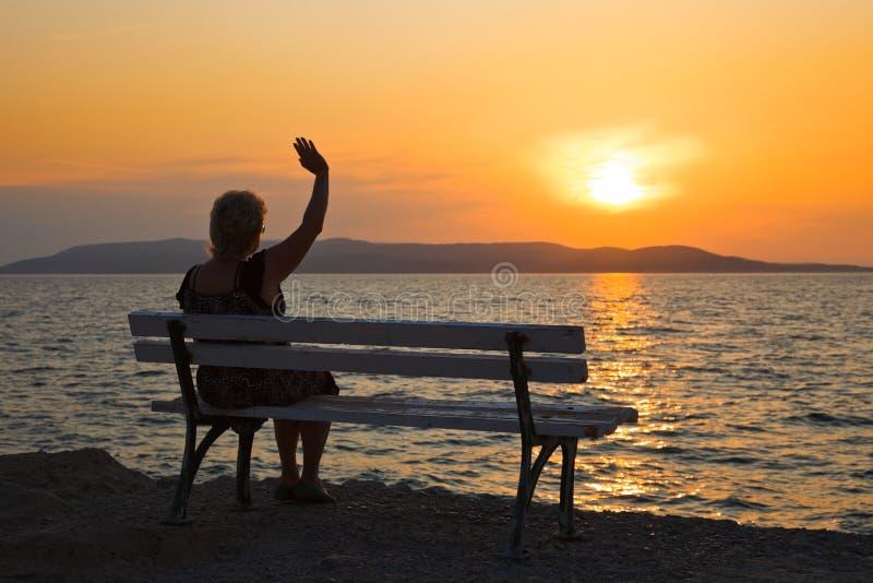 Mulher e por do sol foto de stock royalty free
