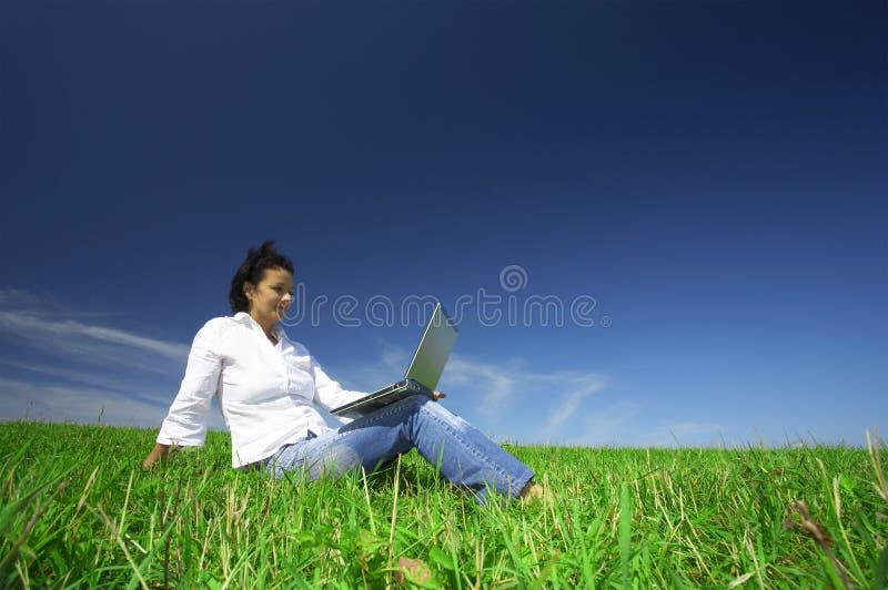 Mulher e portátil imagens de stock