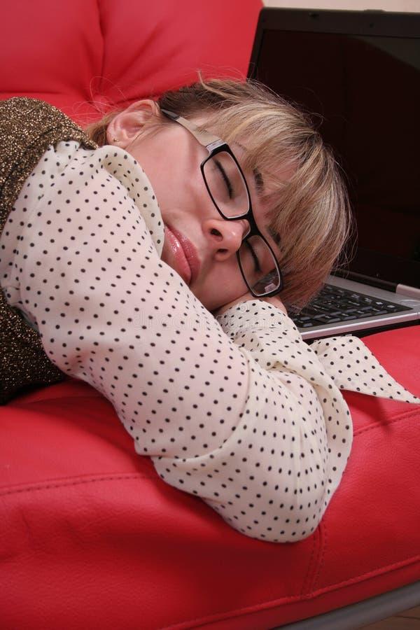 Mulher e portátil de sono de negócio fotos de stock