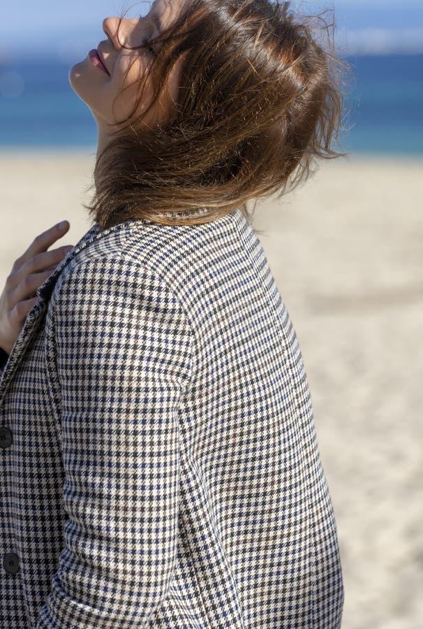 Mulher e praia fotos de stock