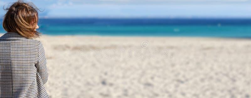 Mulher e praia foto de stock