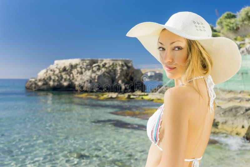Mulher e praia fotografia de stock royalty free