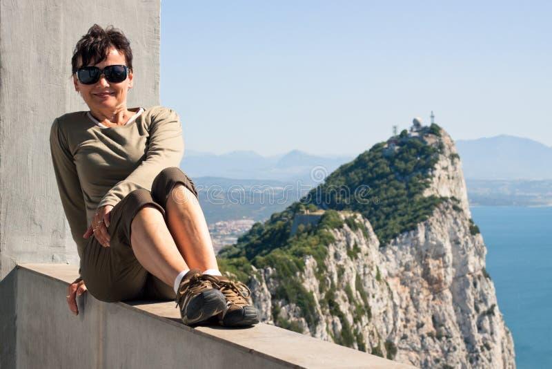 Mulher e a rocha de Gibraltar imagens de stock royalty free
