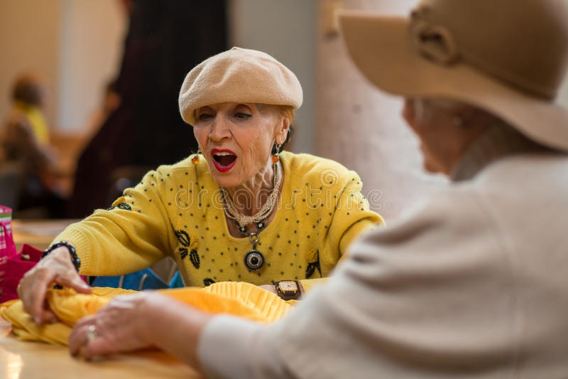 Mulher e roupa surpreendidas foto de stock royalty free