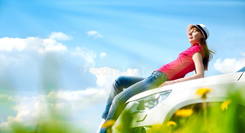 Mulher e seu carro no campo imagens de stock