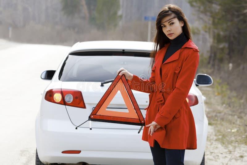 Mulher e seu carro quebrado fotografia de stock