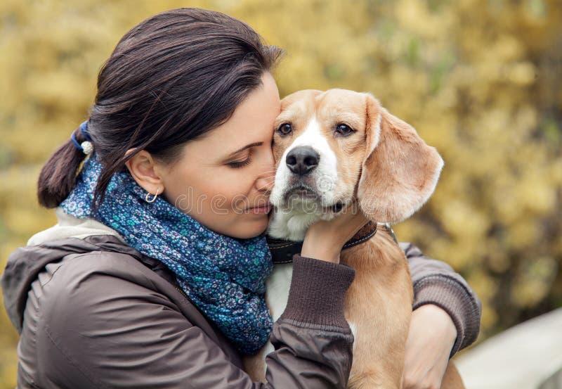 Mulher e seu retrato favorito do cão foto de stock