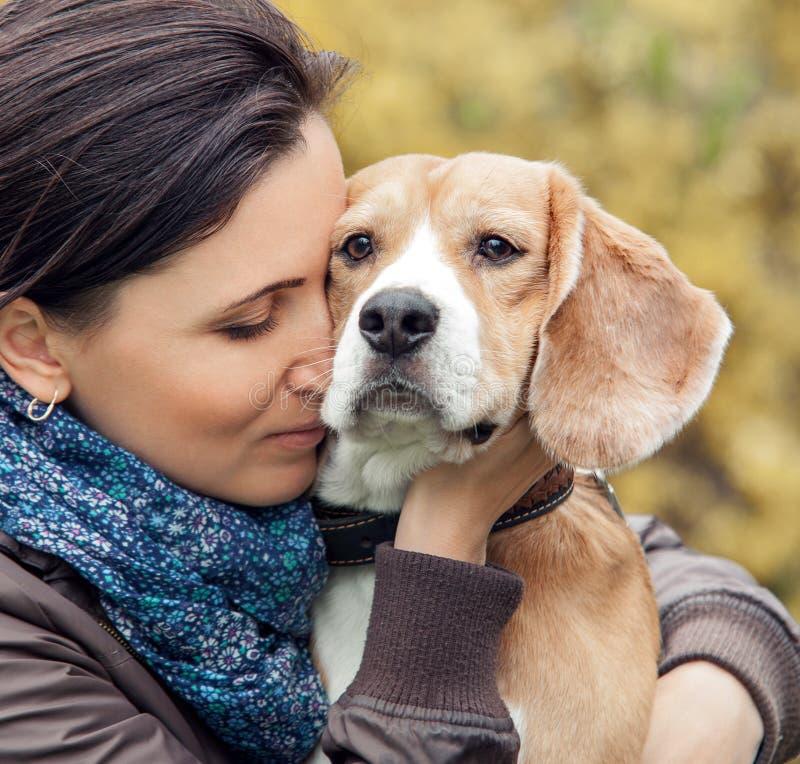 Mulher e seu retrato favorito do cão imagens de stock