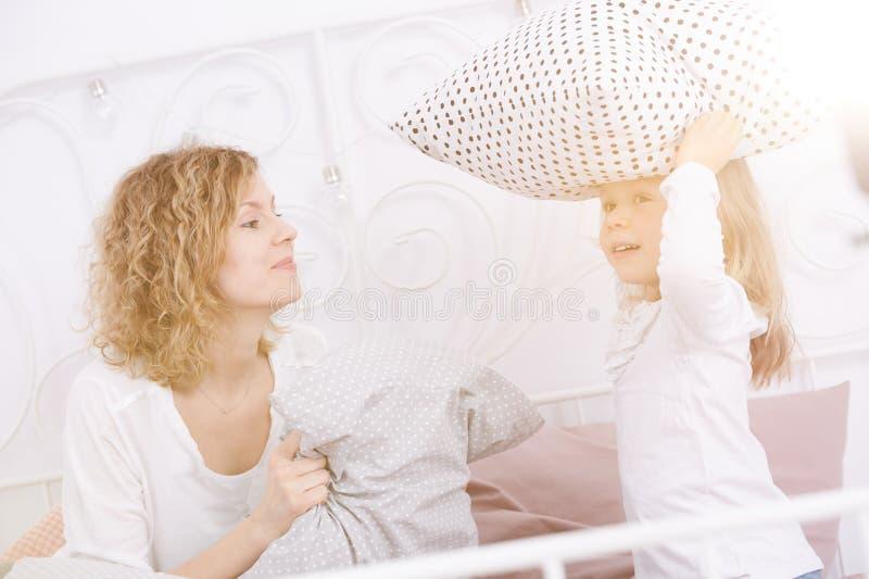 Mulher e sua filha que têm a luta de descanso imagem de stock