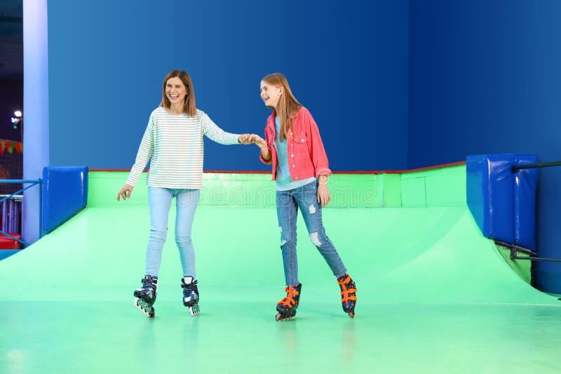 Mulher e sua filha que têm o divertimento na pista do rolo foto de stock