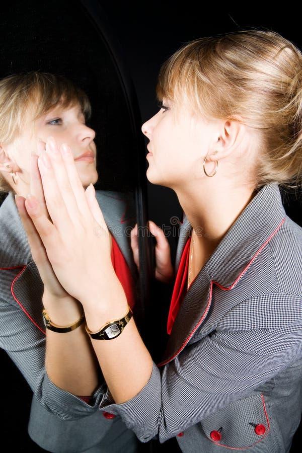 Mulher e sua reflexão em um espelho foto de stock royalty free