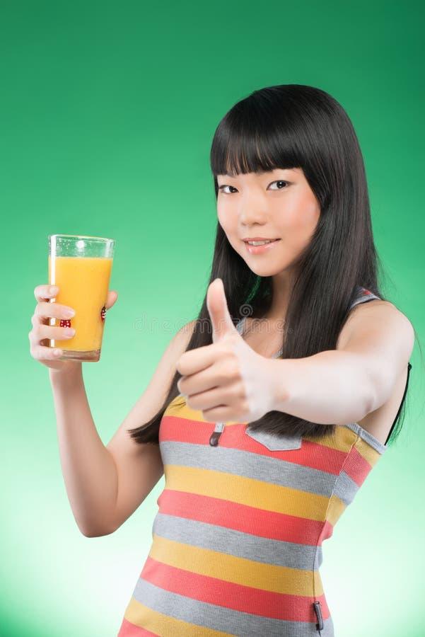 Mulher e suco asiáticos imagem de stock
