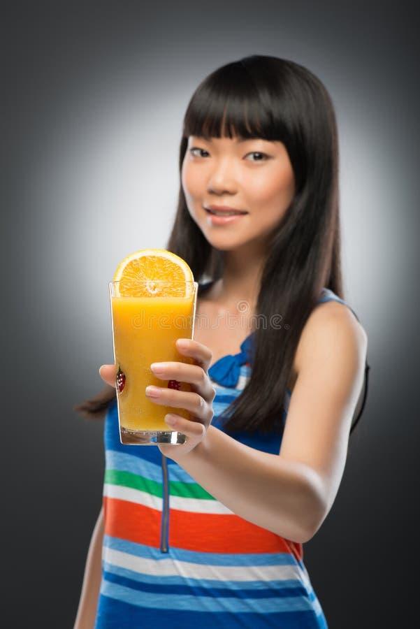 Mulher e suco asiáticos imagem de stock royalty free