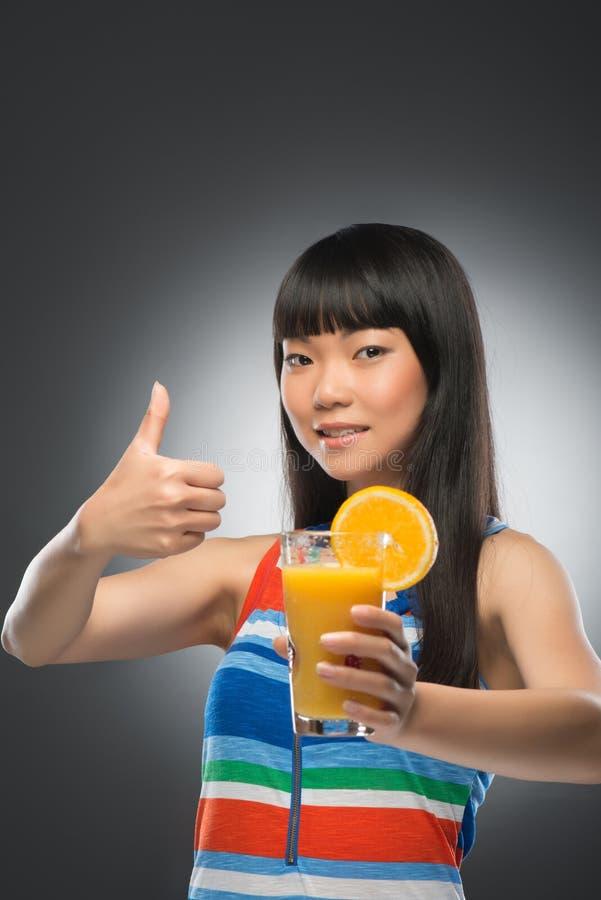 Mulher e suco asiáticos fotografia de stock royalty free
