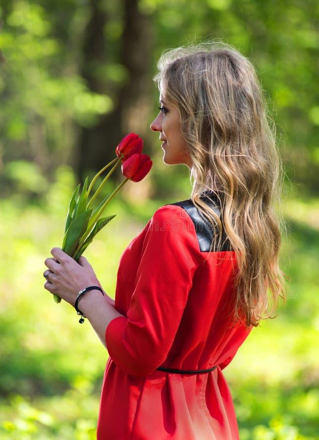 Mulher e tulipas bonitas imagens de stock royalty free