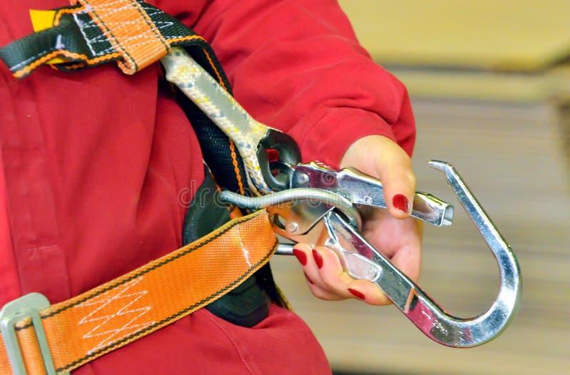 Mulher e um chicote de fios da proteção da queda fotografia de stock