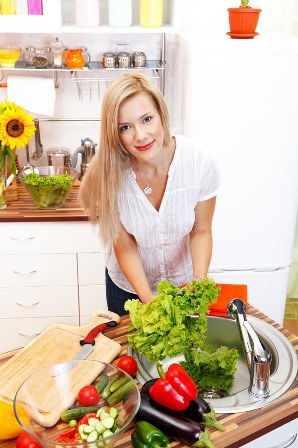 Mulher e vegetais imagens de stock