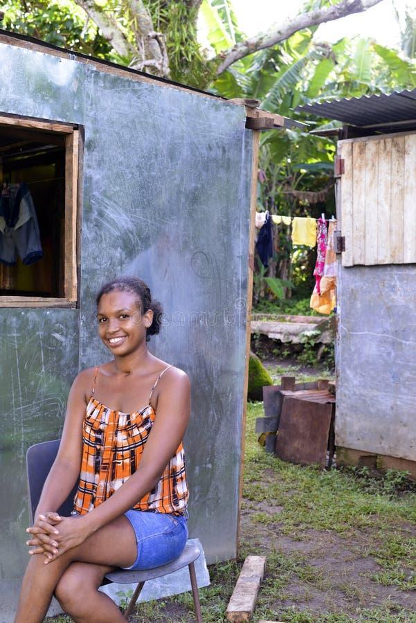 Mulher editorial na frente da casa nova Nicarágua do zinco imagem de stock