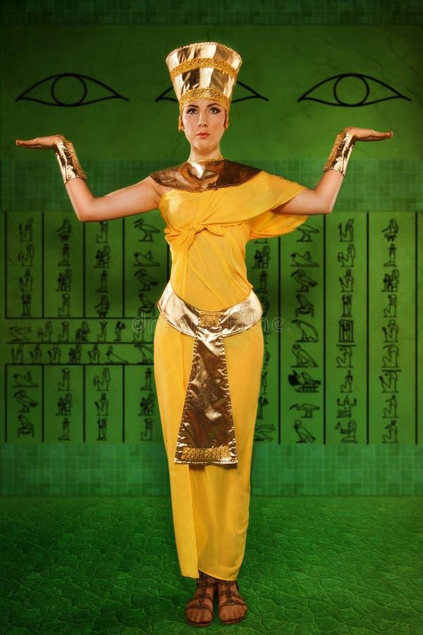 Mulher egípcia no traje do faraó foto de stock royalty free