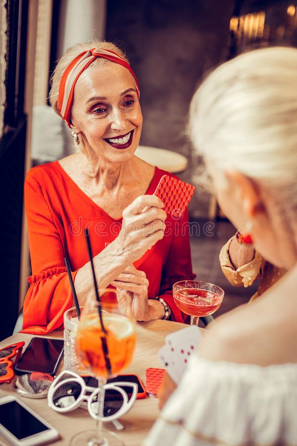Mulher elegante alegre com composição colorida brilhante fotos de stock royalty free