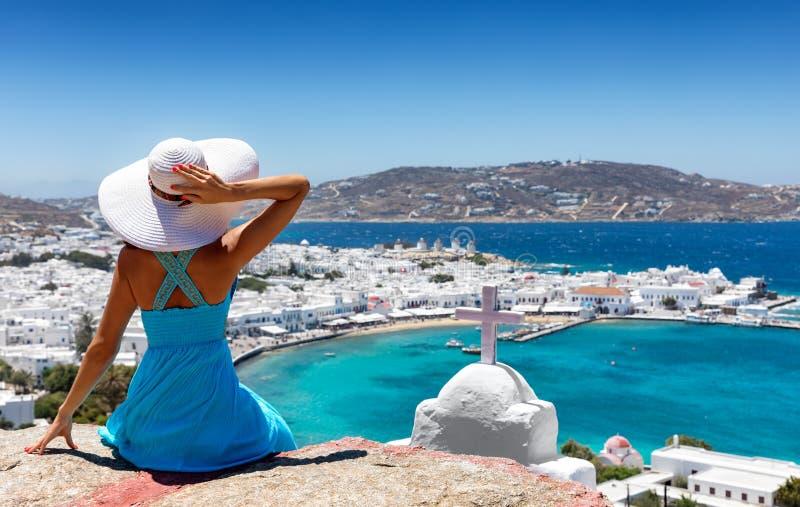 A mulher elegante aprecia a vista sobre a cidade de Mykonos fotografia de stock royalty free