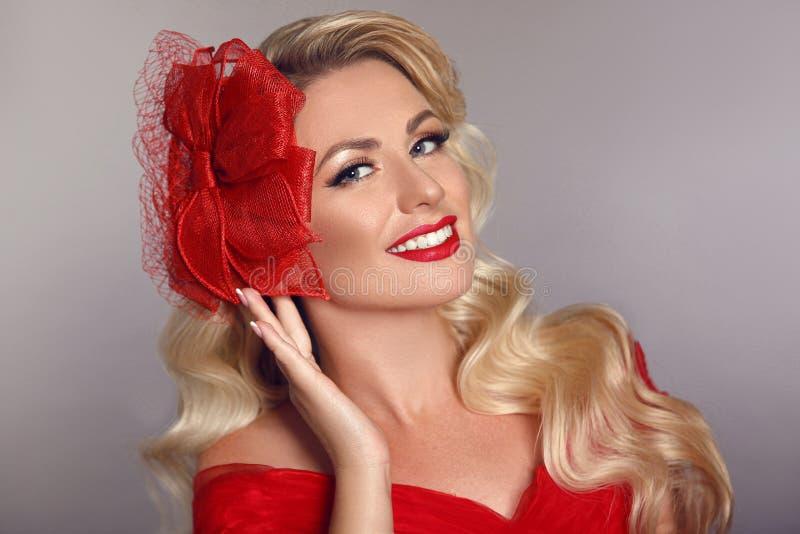 Mulher elegante bonita com os bordos vermelhos no chapéu da forma que ri o ov foto de stock royalty free