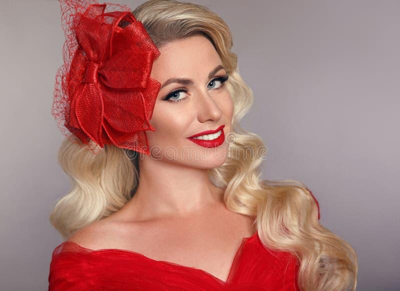 Mulher elegante bonita com os bordos vermelhos no chapéu da forma que ri o ov imagens de stock royalty free