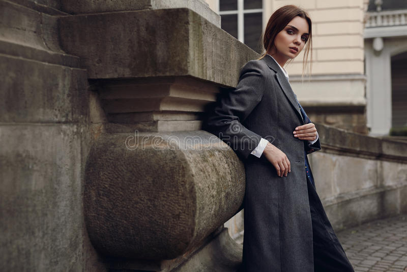 Mulher elegante bonita na roupa da forma que levanta na rua fotos de stock