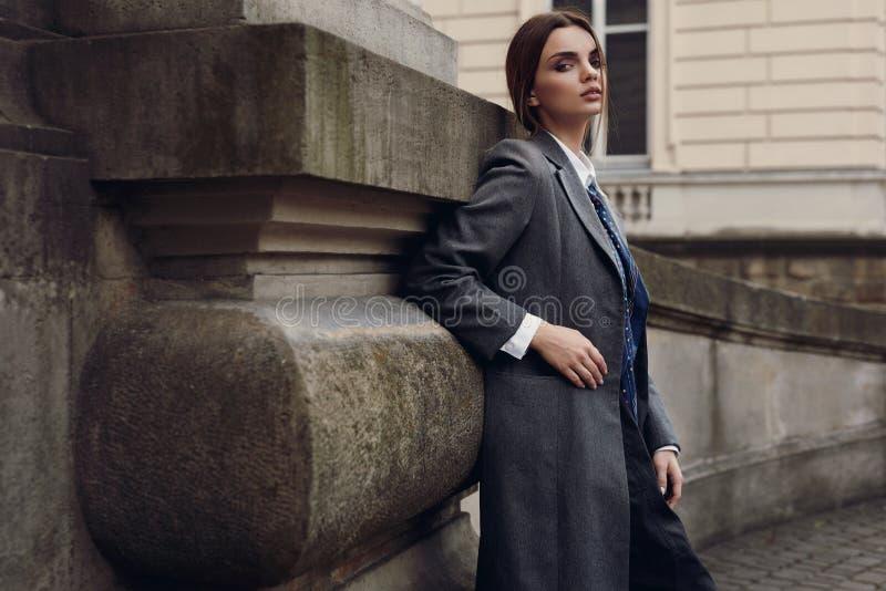 Mulher elegante bonita na roupa da forma que levanta na rua fotos de stock royalty free