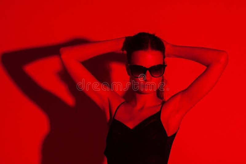 Mulher elegante coloridamente no fundo fotografia de stock