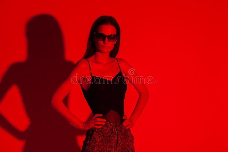 Mulher elegante coloridamente no fundo imagem de stock